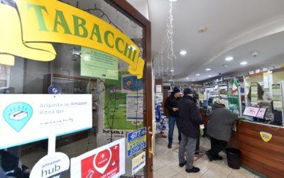 """Coronavirus: Italia in quarantena, ma i tabaccai sono obbligati a tenere aperto. """"Volevo chiudere ma non posso. I clienti giocano alle slot machines, li ho cacciati"""""""